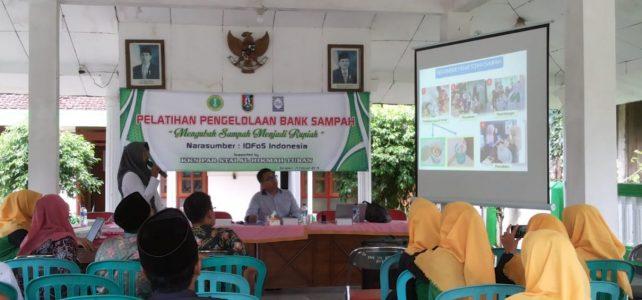 Menindaklanjuti Hasil FGD, Kelompok KKN Desa Sidodadi Adakan Pelatihan Pengelolaan Bank Sampah